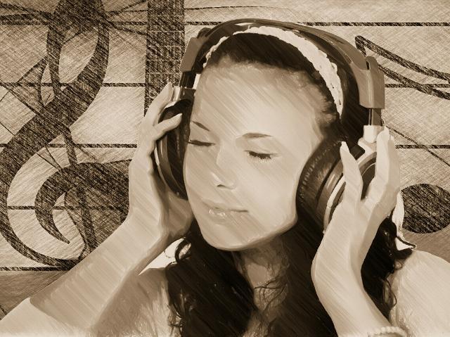 junge Frau hört Musik über Kopfhörer