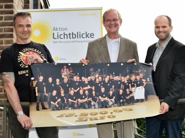 Scheckübergabe an Manfred Rütten von der Aktion Lichtblicke