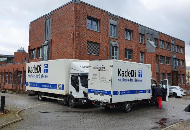Umzugs-LKW stehen vor einem Bürogebäude