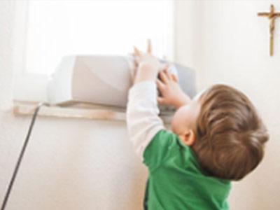 Kind schaltet das Radio ein